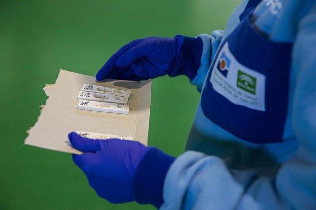 Sanitarios en la prueba de test antígenos para el cribado masivo de la detección del covid 19 en el municipio de Utrera, Sevilla (Andalucía, España), 15 de octubre del 2020.