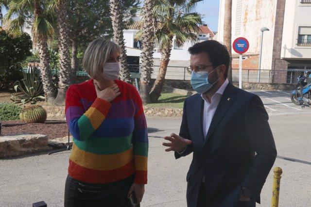 Pla mitjà de la consellera de Salut, Alba Vergés, amb el vicepresident del Govern, Pere Aragonès, aquest diumenge 18 d'octubre a Palamós. (Horitzontal)