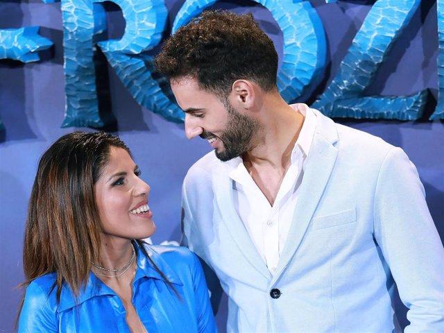 """Isa Pantoja y Asraf se miran embelesados en la première de """"Frozen 2"""""""