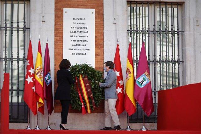 La presidenta de la Comunidad de Madrid, Isabel Díaz Ayuso; y el alcalde de Madrid, José Luis Martínez-Almeida, colocan una corona de laurel durante el homenaje a las víctimas del Covid-19.