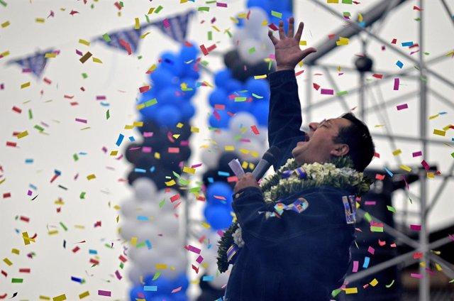 Bolivia.- El candidato del MAS vota con un llamamiento a la paz social en línea