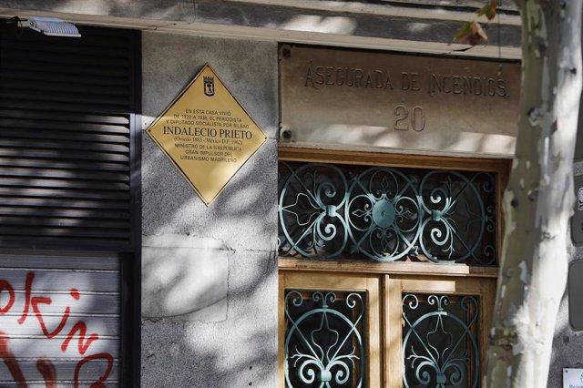 Placa en memoria del diputado socialista y ministro durante la II República Indalecio Prieto, en la que fue su casa en la Calle Carranza, en Madrid