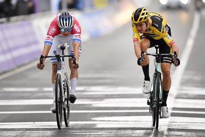 Van der Poel gana al esprint su primer 'monumento' en el Tour de Flandes