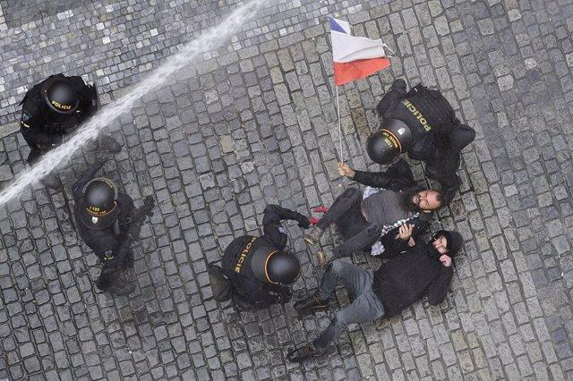 Coronavirus.- Policía y manifestantes se enfrentan tras una protesta contra las