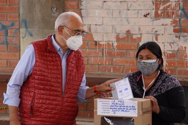 El candidato presidencial boliviano Carlos Mesa votando en un colegio electoral de La Paz