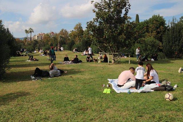 Pla general de diversos grups de persones fent pícnics al parc de la Ciutadella de Barcelona. Imatge del 18 d'octubre de 2020. (Horitzontal)