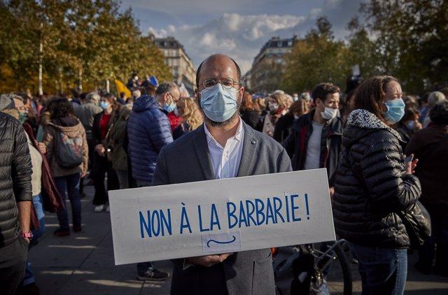 Manifestación en París en homenaje al profesor asesinado por mostrar caricaturas de Mahoma