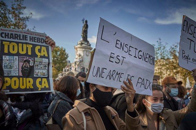 Francia.- Miles de personas rinden homenaje en toda Francia al profesor de histo