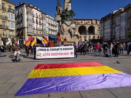 """Tres concentraciones piden en las capitales vascas """"terminar con la monarquía"""" y una """"salida republicana"""" a la crisis"""