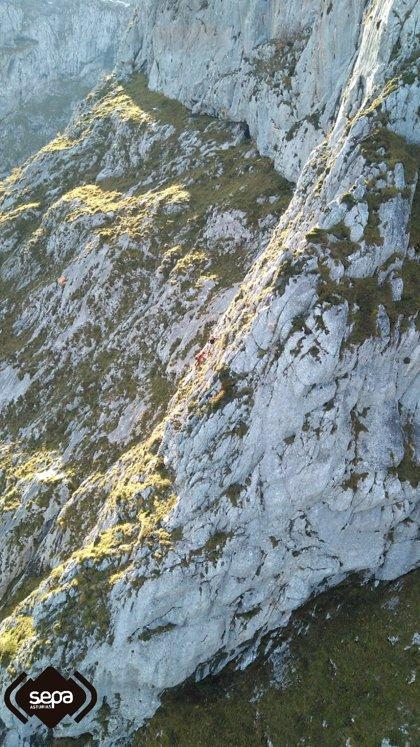 Rescatado un senderista que quedó enriscado en el Tiatordos (Ponga)