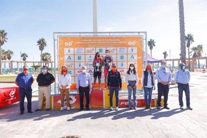 Las copas del Rey y la Reina de triatlón reúnen en Roquetas de Mar (Almería) a 500 atletas