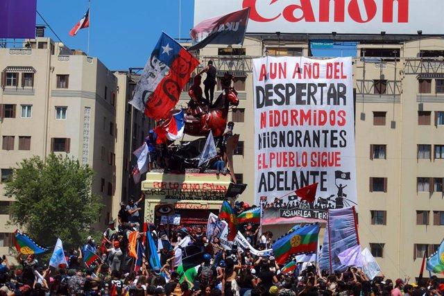 Chile.- Miles de personas celebran el primer aniversario del inicio de las prote