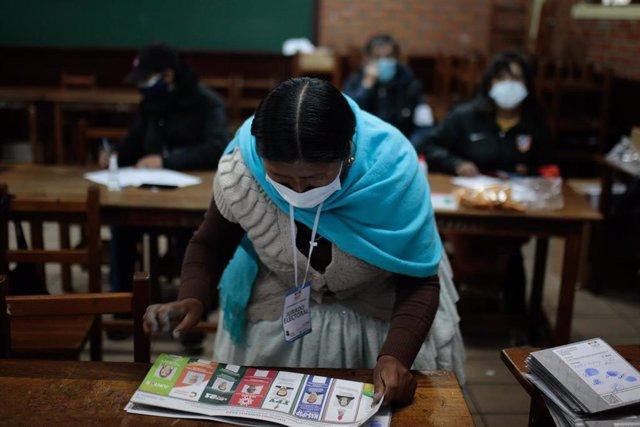 Una mujer en las votaciones de este domingo en Bolivia.