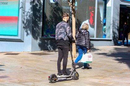 Los controladores SER multarán a partir de enero a patinetes, bicis y motos de alquiler mal aparcados