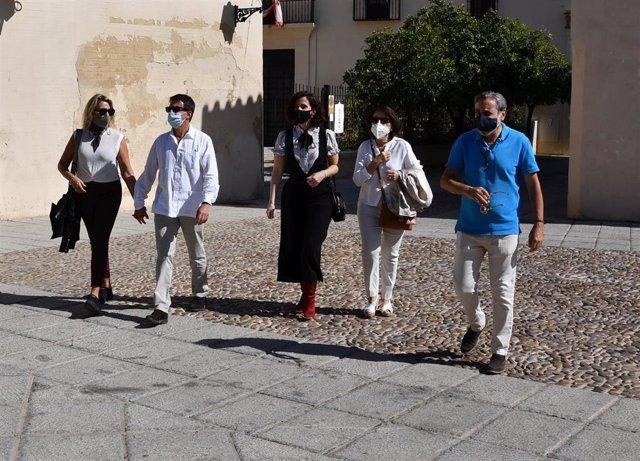 El ex primer ministro de Francia Manuel Valls y su esposa, Susana Gallardo (izda.), durante su visita a Palma del Río (Córdoba).