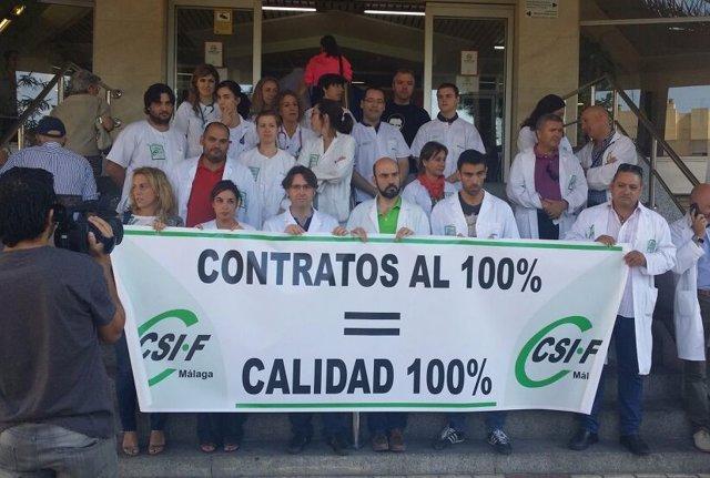 Concentración de médicos de urgencias en el Hospital Regional de Málaga