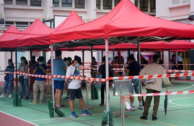 Personas esperando a hacerse un test de coronavirus en Hong Kong