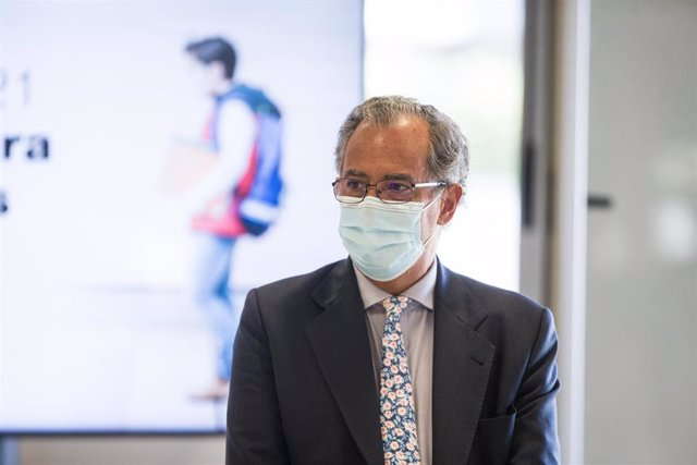 El consejero de Educación de la Comunidad de Madrid, Enrique Ossorio, durante su visita con motivo del inicio del curso escolar 2020/21 al CEIP Francisco de Orellana de Arroyomolinos, en Arroyomolinos, Madrid, (España), a 8 de septiembre de 2020.