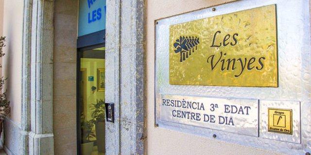 Entrada principal a la Residència Les Vinyes, al centre de Falset. Imatge publicada el 19 d'octubre del 2020. (Horitzontal)