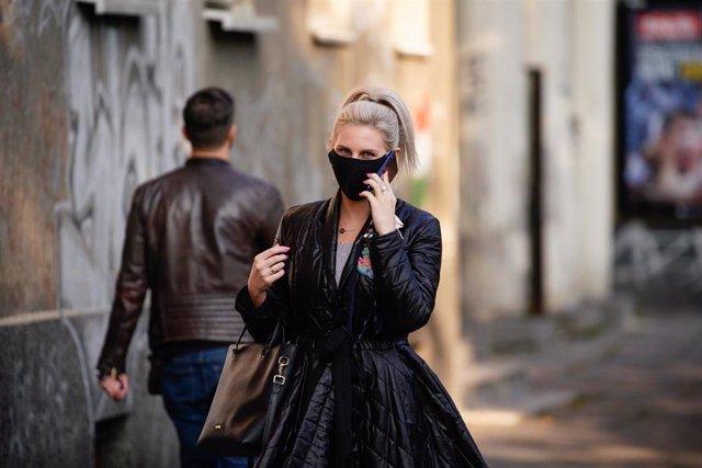 Una mujer con mascarilla en Varsovia