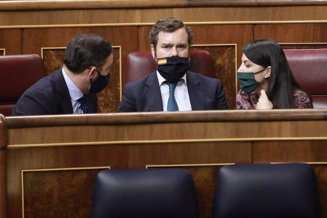 (E-D) El president de Vox, Santiago Abascal; el portaveu de Vox al Congrés dels Diputats, Iván Espinosa de los Monteros, i la diputada de Vox, Macarena Olona, en una sessió de control al Congrés. Madrid (Espanya), 14 d'octubre del 2020.