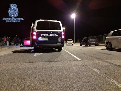 """La Policía disuelve una quedada para realizar """"carreras ilegales"""" y localiza a 95 personas dentro de un bar"""