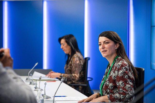 La secretaria general Vox en el Congreso, Macarena Olona (d); y la parlamentaria de Vox, Amaia Martínez (i), anuncian la interposición de un recurso de amparo ante el Tribunal Constitucional, en el Parlamento Vasco, en Vitoria, Álava, Euskadi (España),
