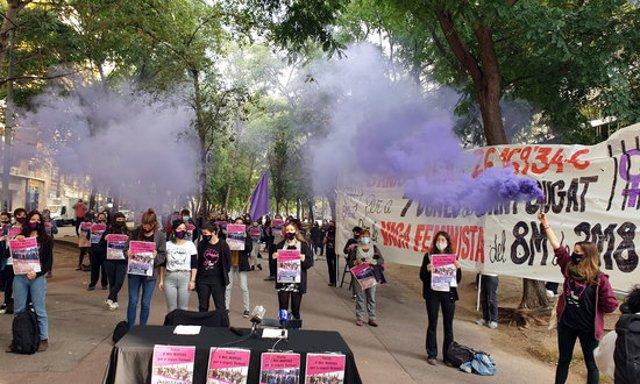 Pla general de diverses feministes amb bengales de fum lila durant la roda de premsa contra la imputació de diverses activistes per tallar les vies d'FGC, el 19-10-20 (horitzontal).