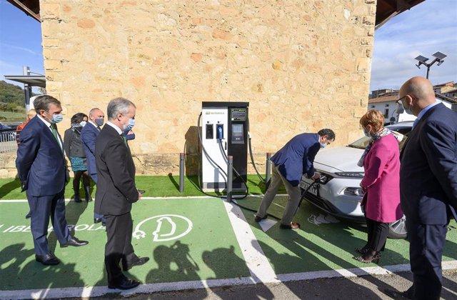 El lehendakari en la inauguración del punto de recarga eléctrica rápida de vehículos de Antoñana (Álava),