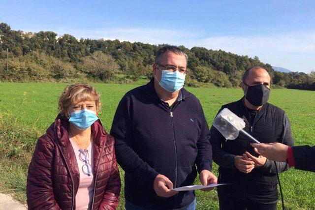 """La roda de premsa d'ERC de la Garrotxa per denúnciar la """"mala gestió"""" de l'equip de govern del Consell Comarcal en relació a la platja de triatge, aquest 19 d'octubre del 2020. (Horitzontal)"""