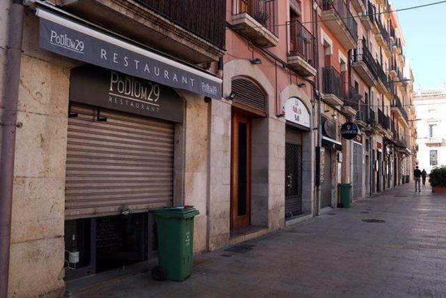 Pla general dels restaurants tancats de la plaça de la Font en el primer dia de restriccions. Imatge del 16 d'octubre del 2020 (Horitzontal).