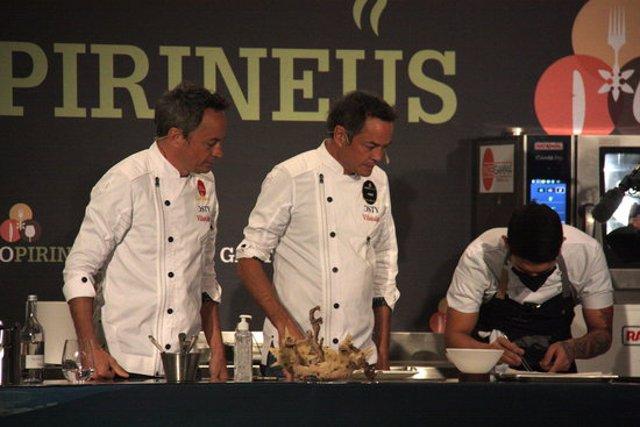 Pla americà d'un instant de la sessió de cuina en directe duta a terme pels Germans Torres en el marc de la cinquena edició de GastroPirineus que té lloc a Puigcerdà tot i que només es pot seguir a través d'internet, el 19 d'octubre de 2020 (Horitzontal).