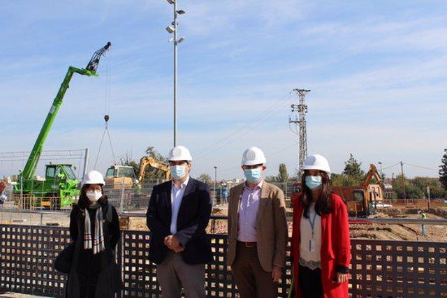 Pla americà de responsables de l'ICS, durant la visita a les obres del nou equipament annex a l'Hospital Universitari Arnau de Vilanova de Lleida. Imatge del 19 d'octubre de 2020. (Horitzontal)