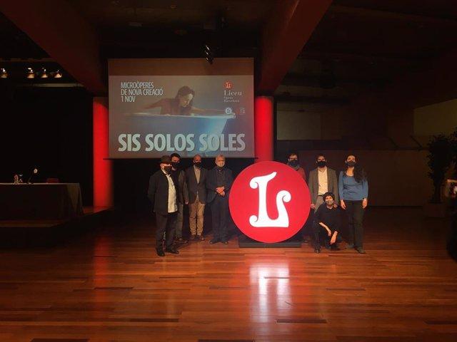 Miembros Del Equipo Artístico De 'Sis Solos Soles' Junto El Dtor. De Escena, Marc Rosich.