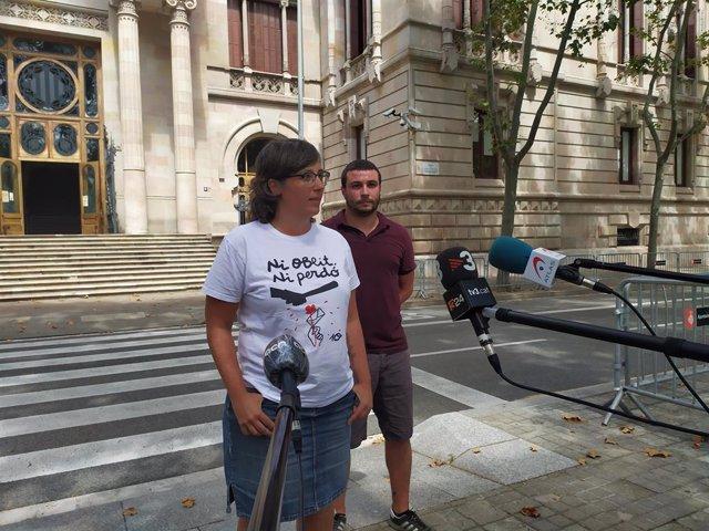 L'exdiputada de la CUP Mireia Boya i el portaveu del Secretariat Nacional del partit Edgar Fernández, davant del TSJC en la segona jornada del judici per presumpta desobediència als exmembres de la Mesa del Parlament. Barcelona, 22 juliol del 2020.