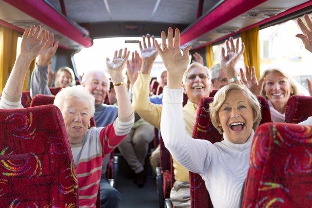 Personas mayores en un autobús camino de las vacaciones.