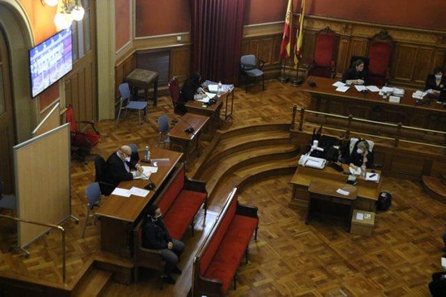 Pla general del judici amb jurat popular a una dona acusada d'apunyalar mortalment la seva parella el 2018 a Manresa, el 19 d'octubre del 2020. (Horitzontal)
