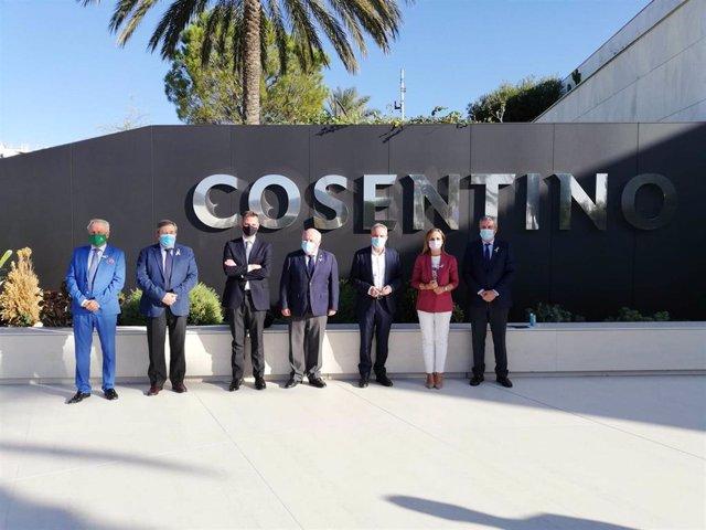 El consejero de Salud, Jesús Aguirre, y el presidente de Cosentino, Francisco Martínez, en la sede de Cantoria (Almería)