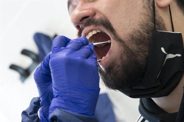 Un trabajador sanitario realiza un test PCR a un paciente en el CAP Masdevall, en Figueras, Gerona (Cataluña), a 16 de octubre de 2020.