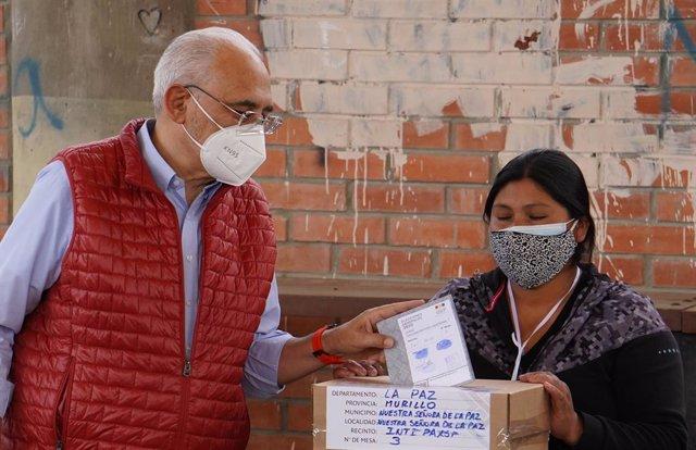 Carlos Mesa deposita su voto en las elecciones en Bolivia