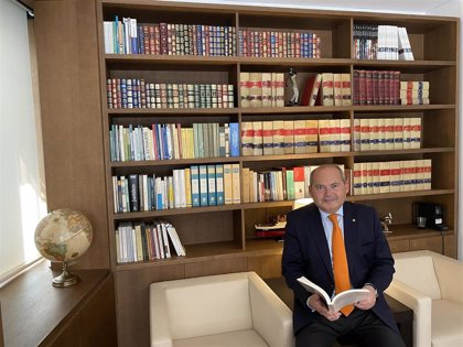 El abogado sevillano Luis Romero cumple 30 años ejerciendo y prepara un libro sobre sus experiencias