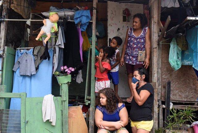 Familia en una favela de Río de Janeiro