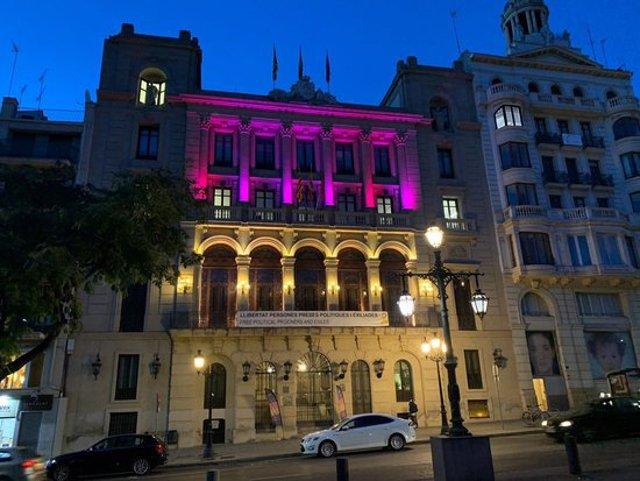 Pla general de la façana de la Paeria il·luminada de rosa en el Dia Mundial contra el Càncer de Mama. Imatge del 19 d'octubre de 2020. (Horitzontal)