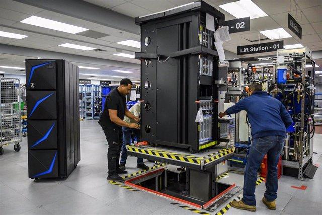 Ingenieros de IBM trabajando en un centro de datos de la compañía.