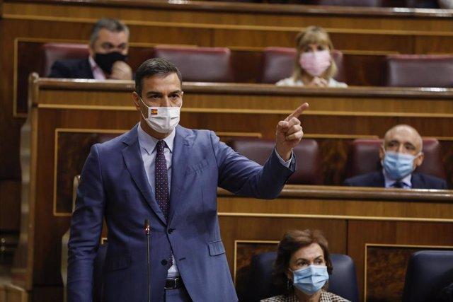 El presidente del Gobierno, Pedro Sánchez, interviene durante una sesión de control al Gobierno en el Congreso de los Diputados, en Madrid, (España), a 14 de octubre de 2020. Esta nueva sesión estará marcada por el debate sobre la gestión de la pandemia o