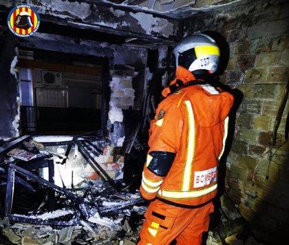 Asistidos una mujer y un menor por inhalación de humo en un incendio de una vivienda en Alaquàs