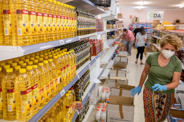Voluntaris de Càrites fent tasques al servei d'aliments de Palafrugell, en una imatge decida aquest 20 d'octubre del 2020. (Horitzontal)