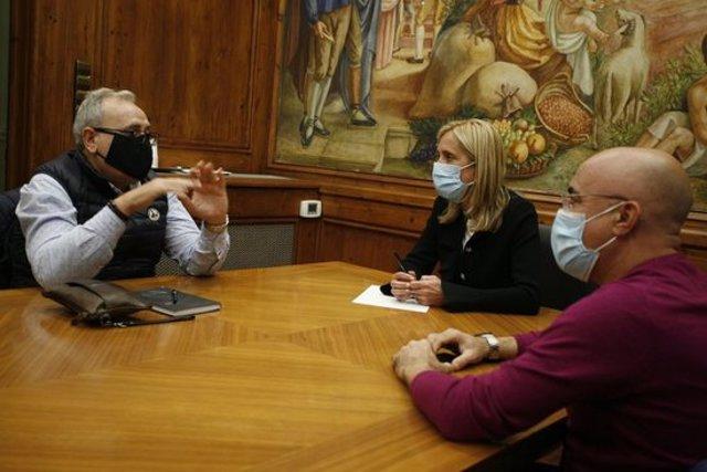 Trobada de l'alcaldessa de Valls, Dolors Farré, i el regidor Òscar Peris, amb el president de l'associació de restauradors de la ciutat, Joan Mira, pel tancament de terrasses. Imatge del 19 d'octubre del 2020. (Horitzontal)