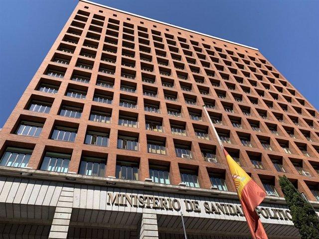 Sede del Ministerio de Sanidad con la bandera de España a media asta en recuerdo de los fallecidos con COVID-19, en el periodo de diez días de luto decretado por el Gobierno.