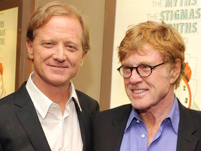 """James Redford junto a su padre Robert Redford en la premiere del documental """"The Big Picture: Rethinking Dyslexia"""" en octubre de 2012"""